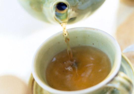 温かい飲み物で胃腸を労わる